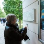 Kirke- & Kulturministeren orienterer sig med et 'klik' på mobilen.....Foto: RZ