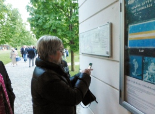 Kirke- & Kulturministeren orienterer sig med et 'klik' på mobilen. Foto: RZ