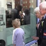 Formanden for Danske Veteraner 1940-45 Jens Ege og frue ser på udstillingen sammen med '4. generation'. Foto: RZ